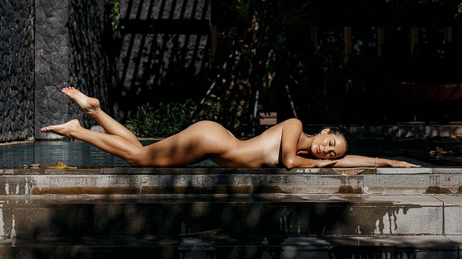 Ольга Маматова отдыхает у бассейна на курорте острова Бали / фото 01