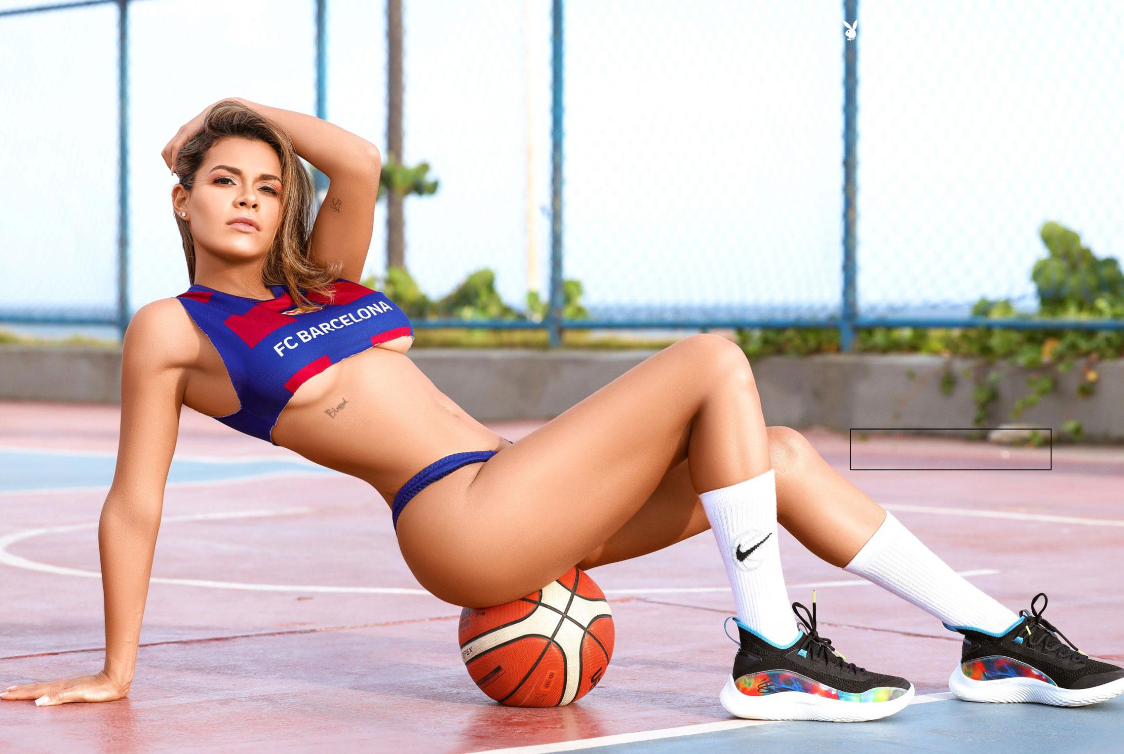 Луана Санден проводит разминку с баскетбольным мячом / фото 01
