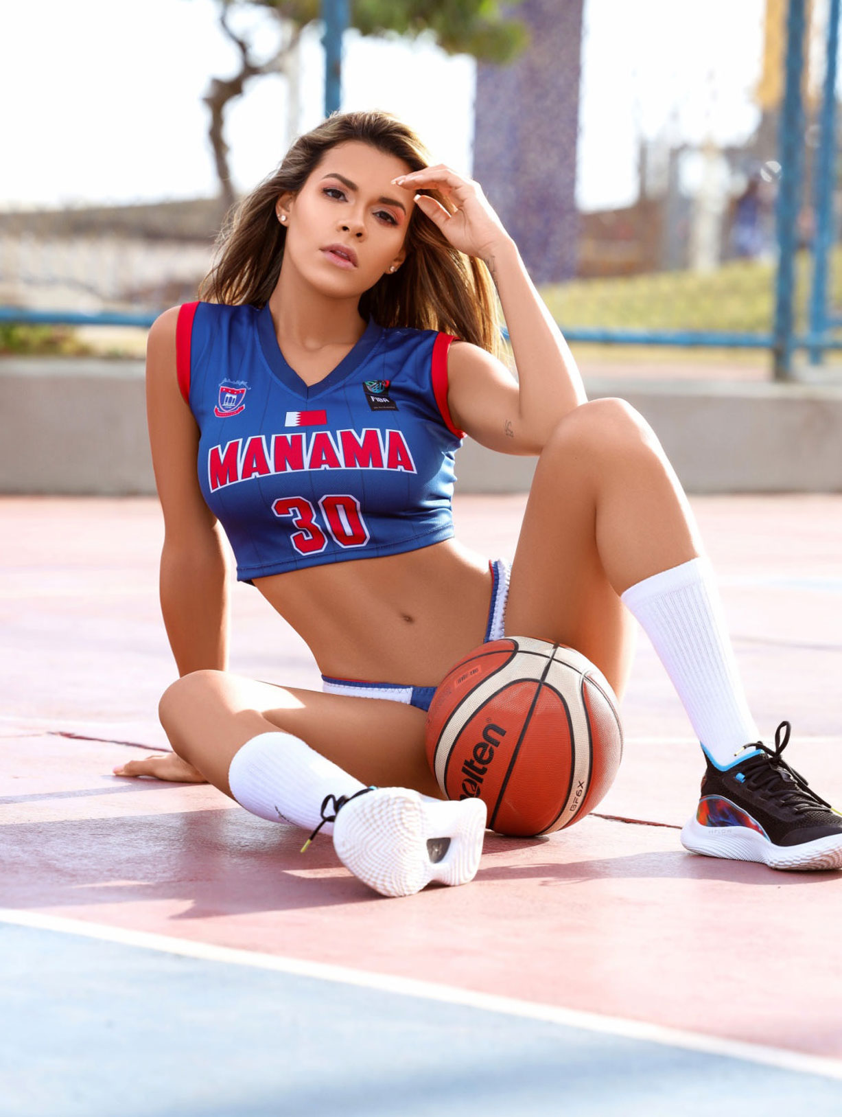 Луана Санден проводит разминку с баскетбольным мячом / фото 04