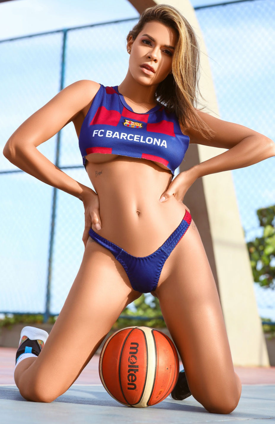 Луана Санден проводит разминку с баскетбольным мячом / фото 05
