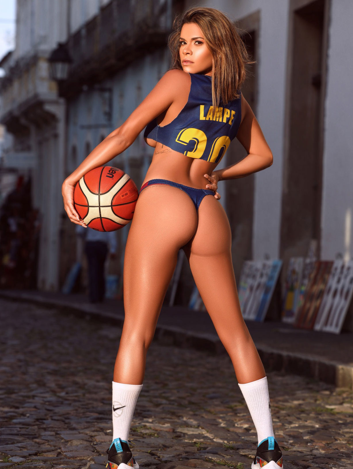 Луана Санден проводит разминку с баскетбольным мячом / фото 07