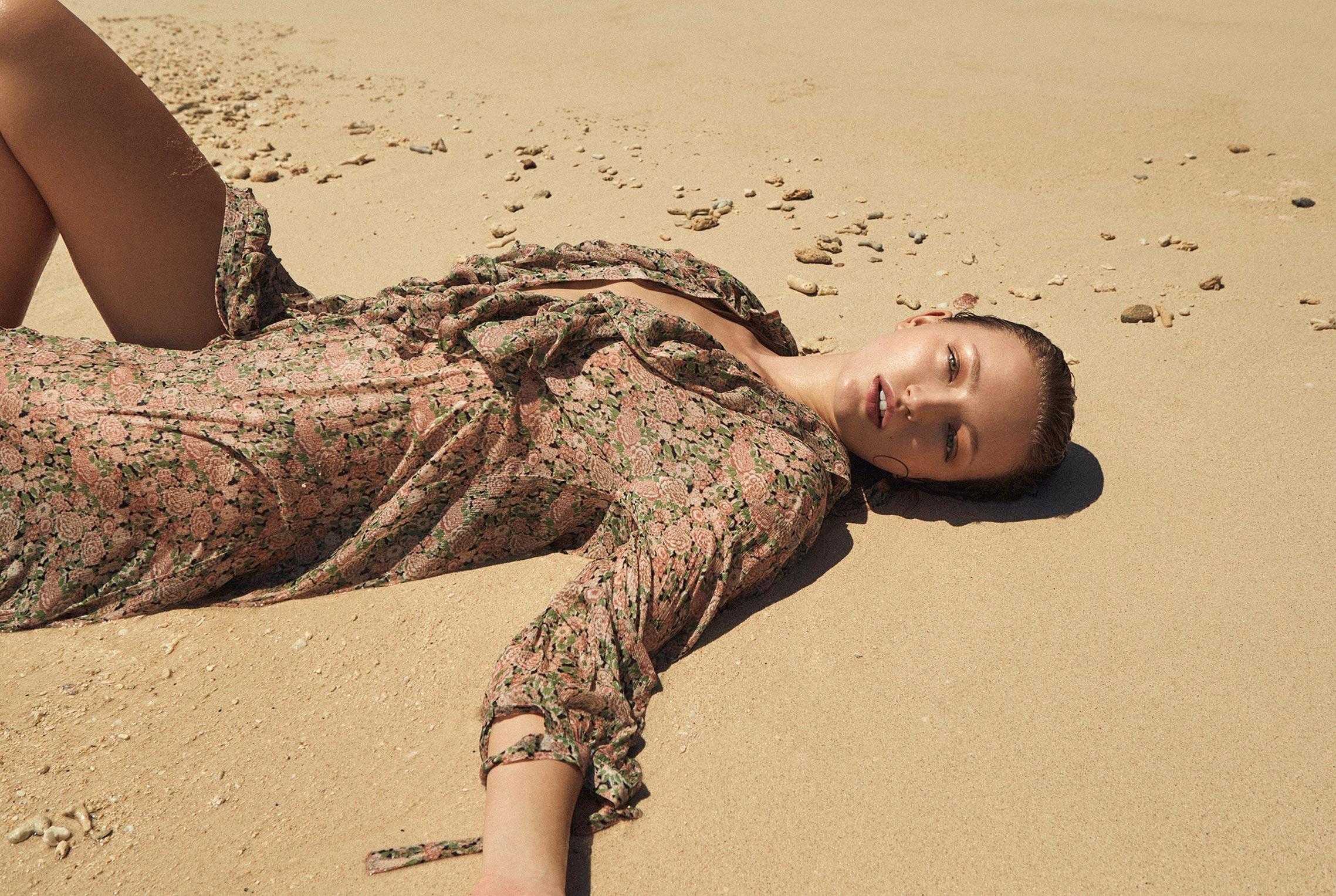 Одинокая отдыхающая на пустынном пляже / фото 01