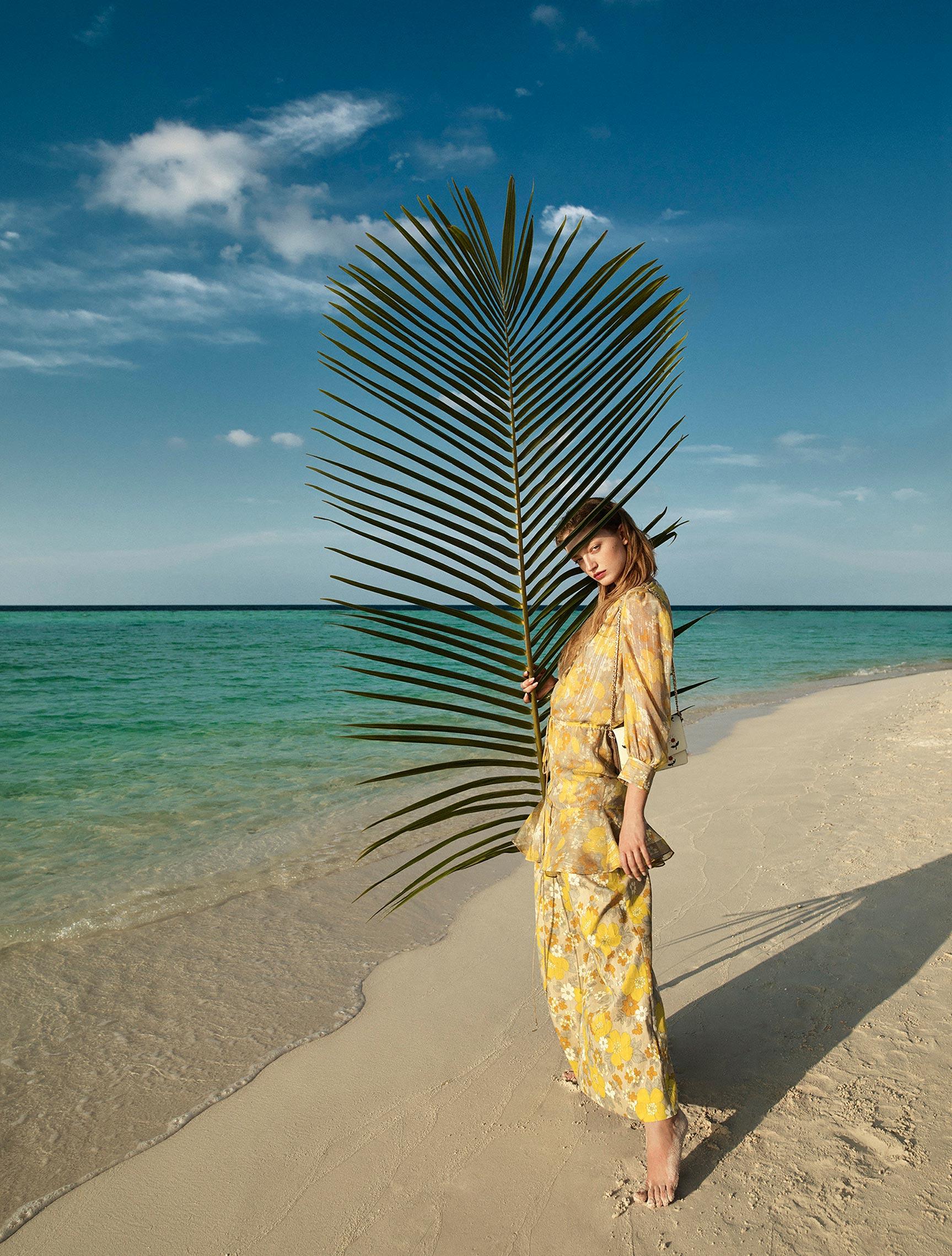 Одинокая отдыхающая на пустынном пляже / фото 04