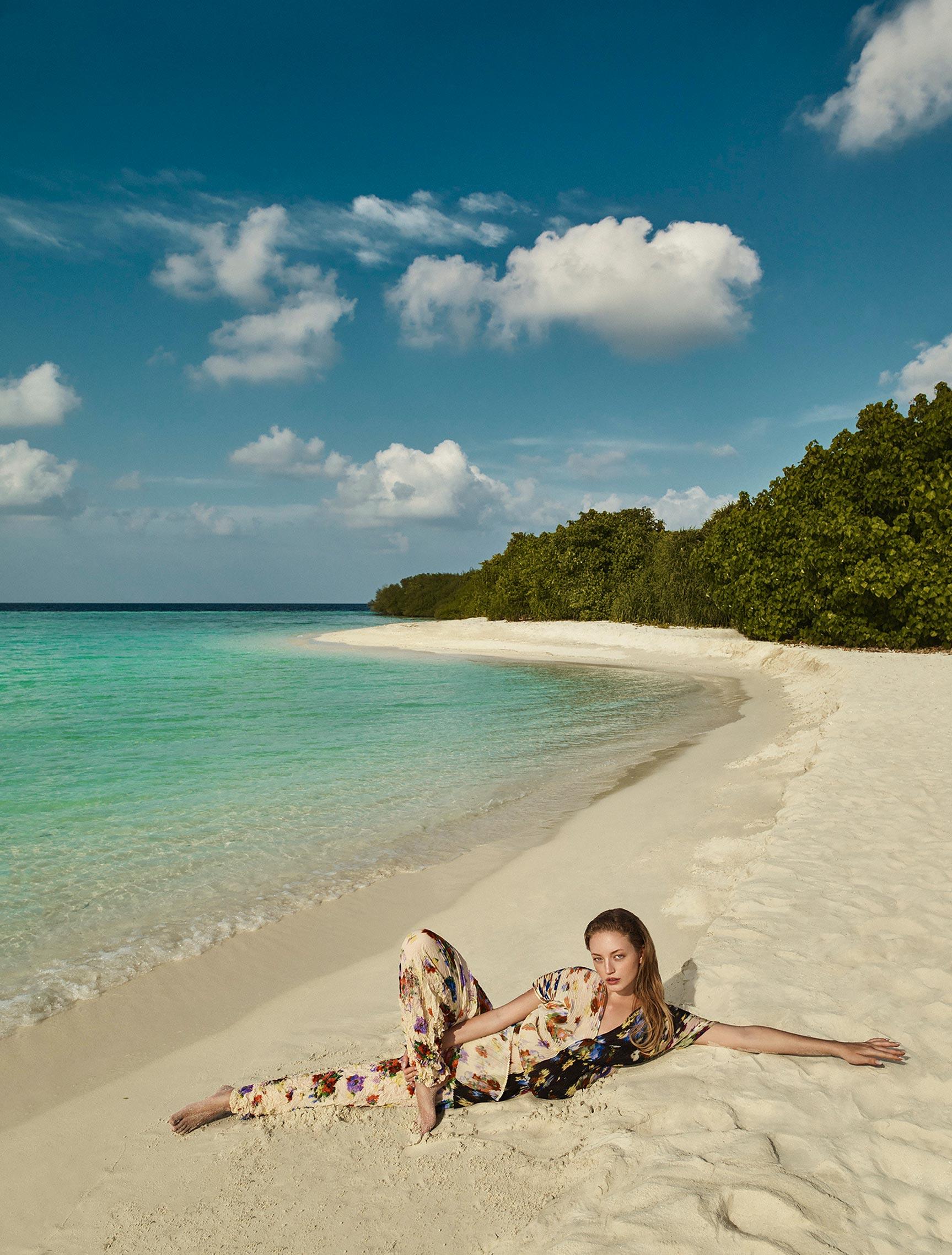 Одинокая отдыхающая на пустынном пляже / фото 08