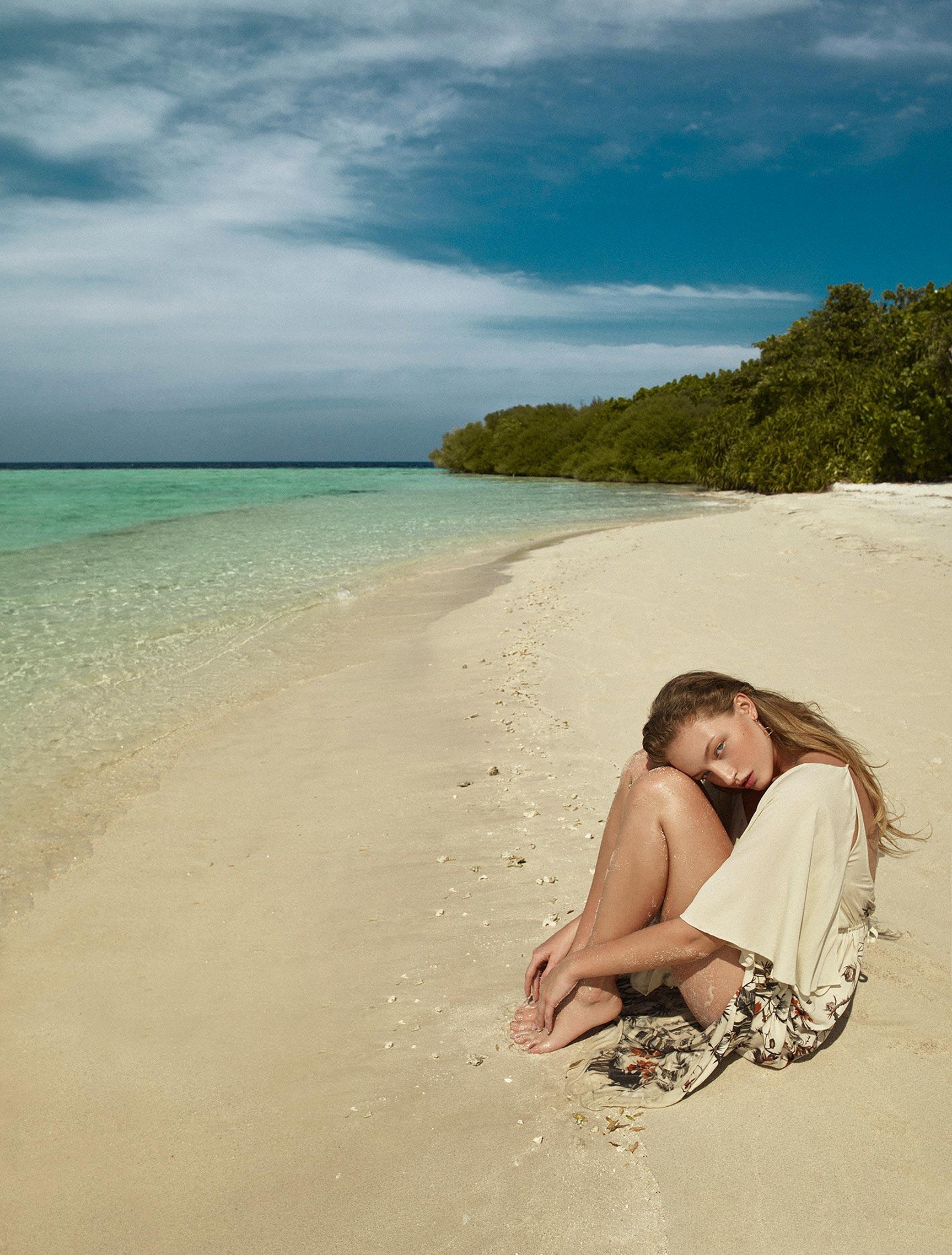 Одинокая отдыхающая на пустынном пляже / фото 11