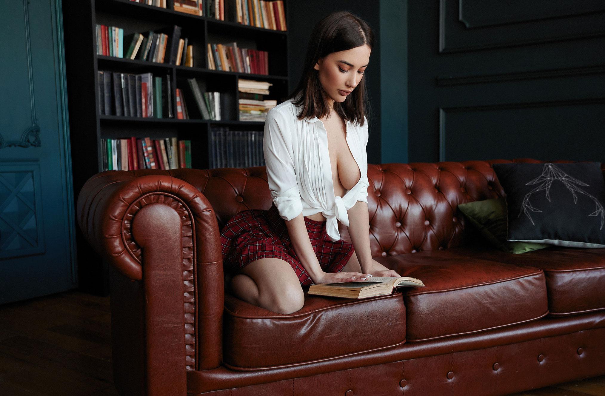 Сексуальная Алина Горохова читает книгу и готовит ужин / фото 01