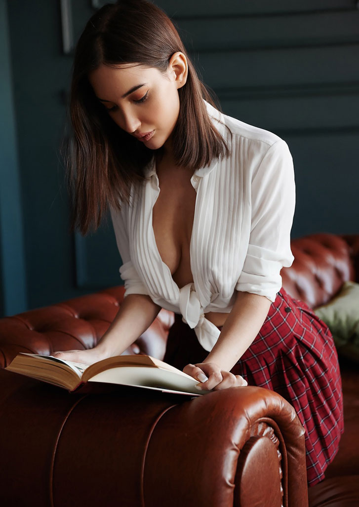 Сексуальная Алина Горохова читает книгу и готовит ужин / фото 04