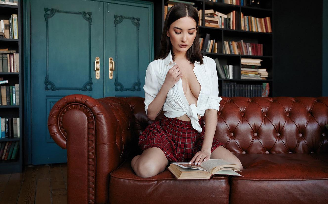 Сексуальная Алина Горохова читает книгу и готовит ужин / фото 05