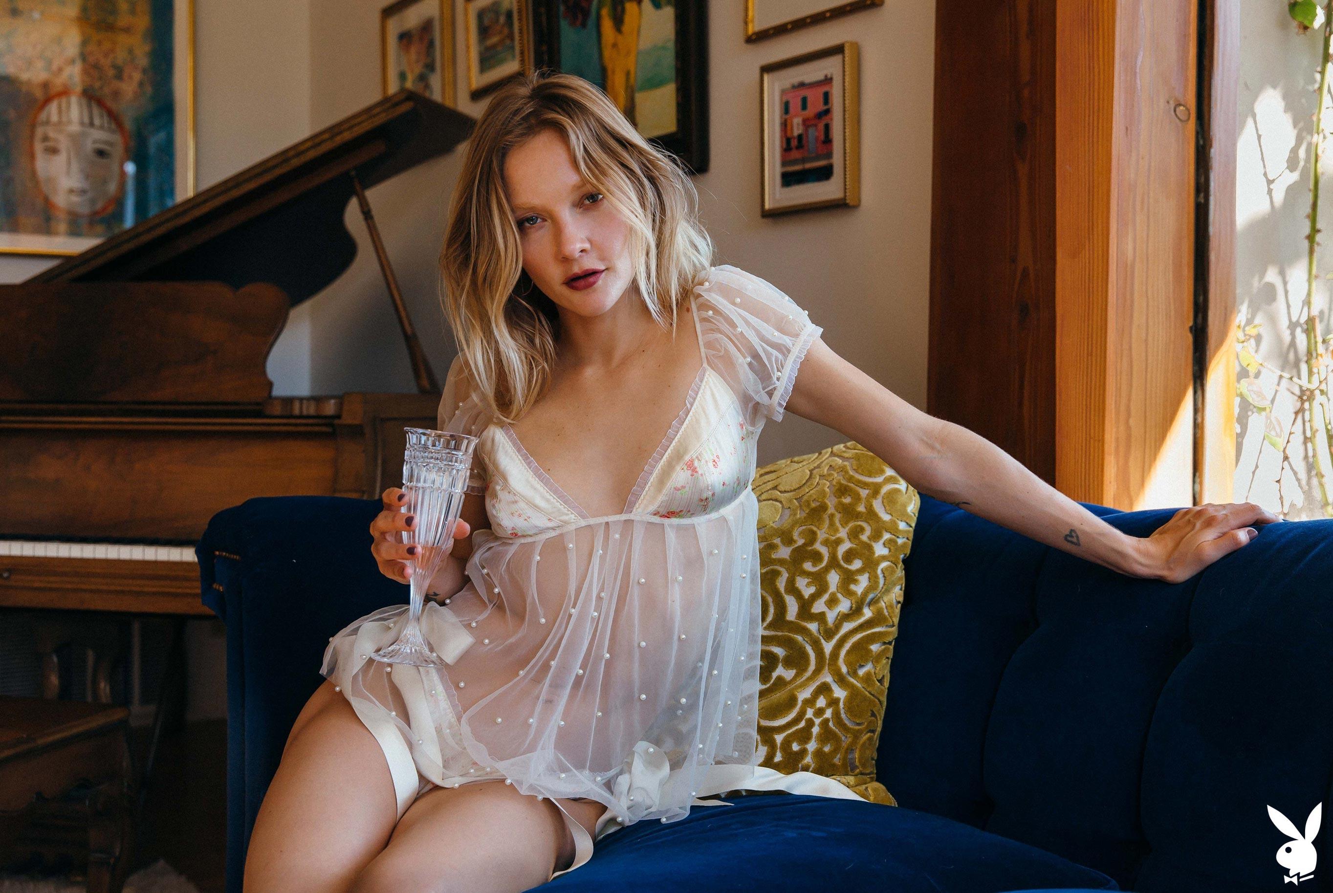 студентка и модель, голая у пианино / фото 01