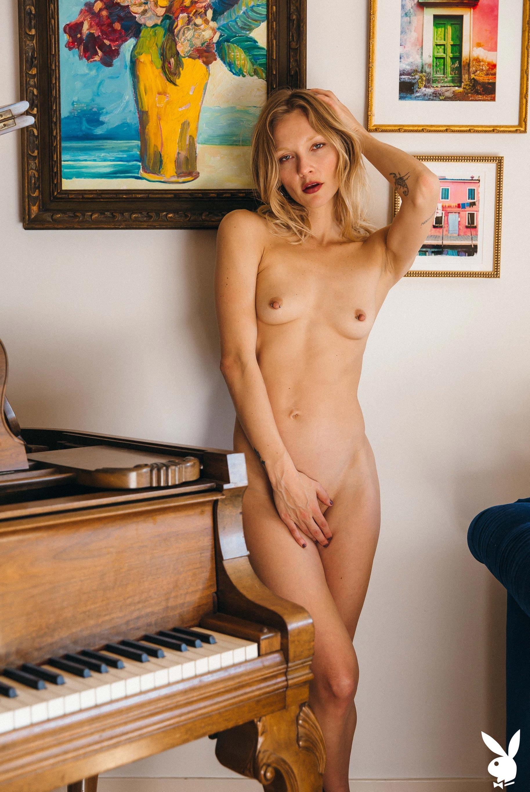 студентка и модель, голая у пианино / фото 05
