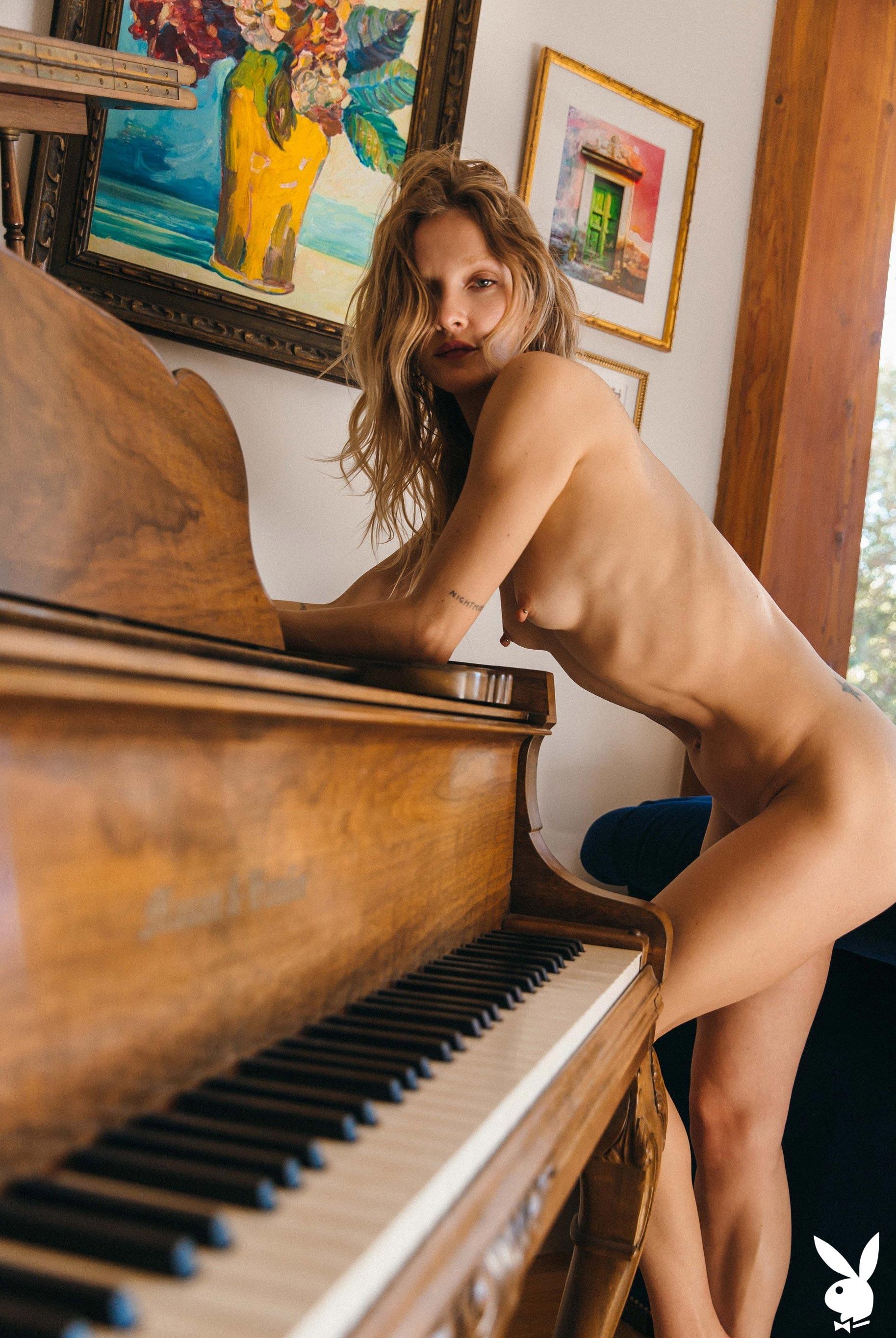 студентка и модель, голая у пианино / фото 07